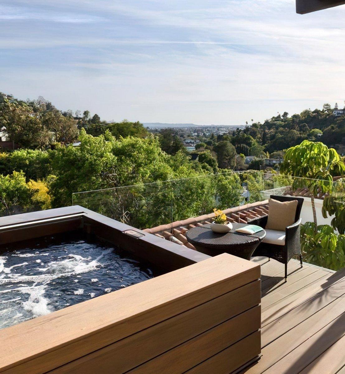 EsionSilenceProperty - Historic Luxury Apartment - Interior - Terrace - Wooden Bathtub
